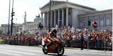 Randy Krummenacher am Wiener Ring vor dem Parlament