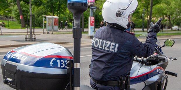Motorrad-Polizist bei Einsatzfahrt mit Pkw gecrasht