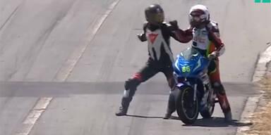 Irre Prügel-Szene bei Motorradrennen