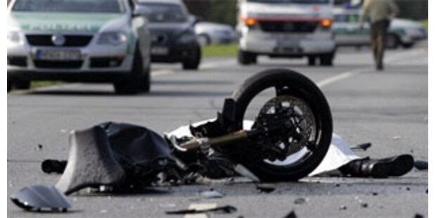 Biker krachte gegen Kleinbus: tot