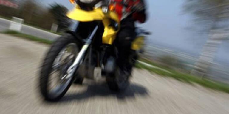 Motorradfahrer kracht gegen Auto