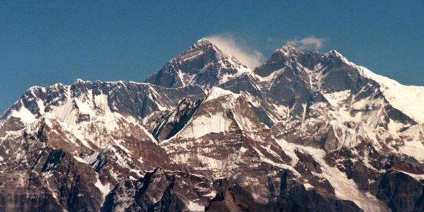 Touristenflugzeug in Nepal abgestürzt