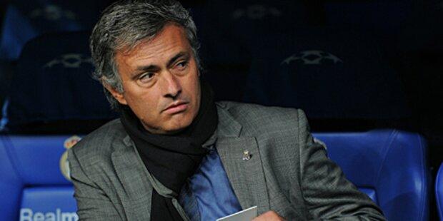 Mourinho fällt von der Trainerbank