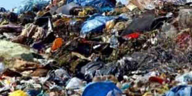 Frau in Bulgarien von Abfall verschüttet