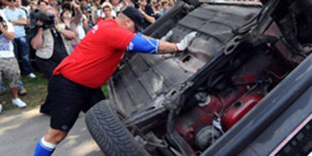 Mann wirft Auto auf die Straße