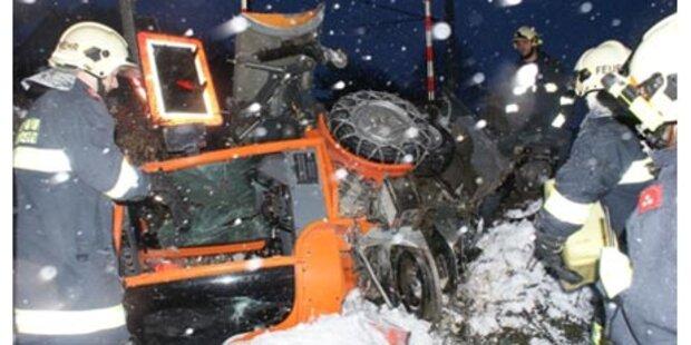Schneeräumfahrzeug von Zug erfasst