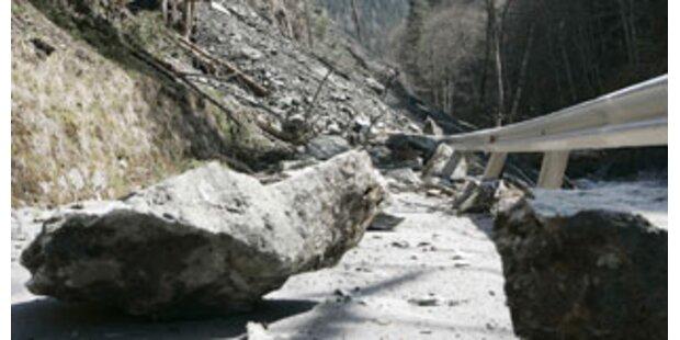 Mure in Vorarlberg verlegte Güterweg und zwei PKW