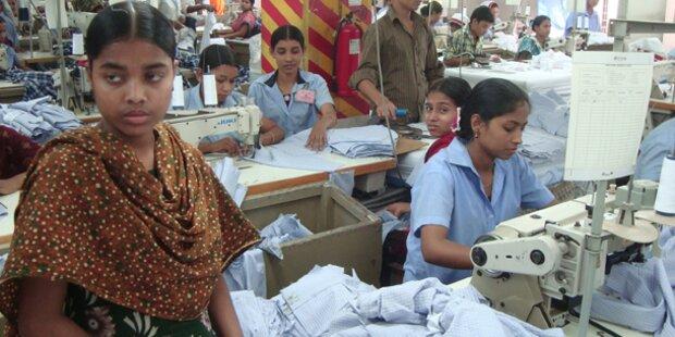 Arbeiter näht Hilferuf in Kleidung ein