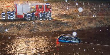 Kreuzung übersehen: Auto stürzt in Fluss