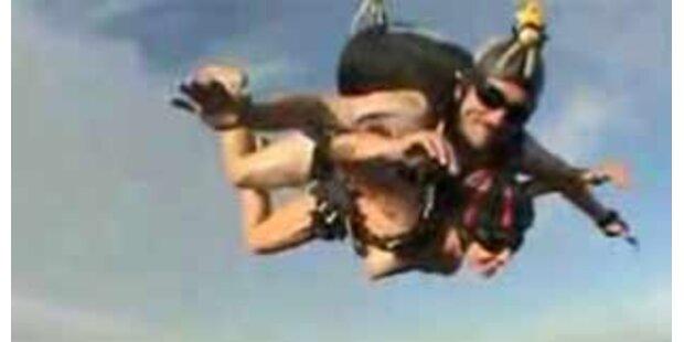 Nackte Fallschirmspringer über Wels gefilmt