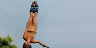 Touristin springt nackt Bungee