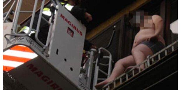 Halbnackter Mann kletterte aufs Dach