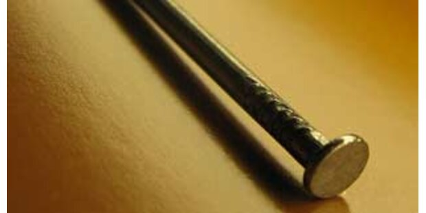 Mann bemerkte 5 Zentimeter-Nagel im Penis nicht