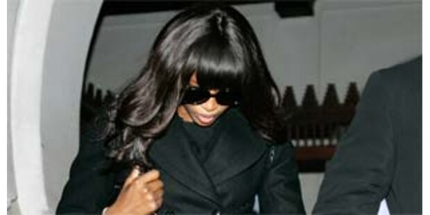 Naomi in Heathrow in Handschellen abgeführt