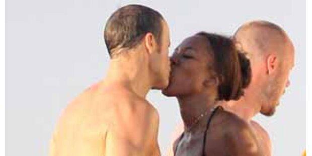 Verliebt & zahm - Naomi genießt Strandurlaub!