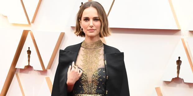Natalie Portman ehrt nicht-nominierte Frauen auf ihrem Kleid