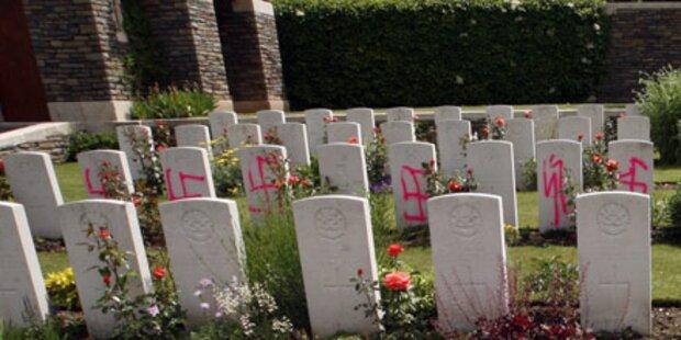 Nazi-Symbole auf Kriegsgräbern