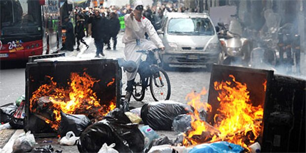Militär räumt Müll von den Straßen Neapels
