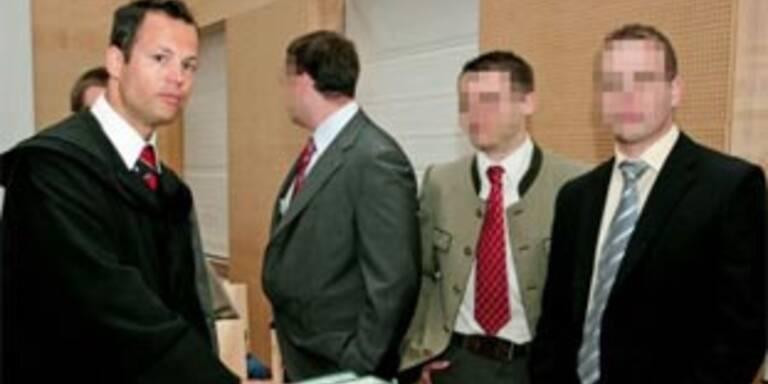 Verteidiger Mauhart (l.) mit den Angeklagten.