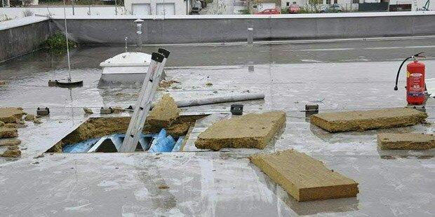 Einbrecher öffneten Dach und Wand