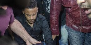 Neymar im Rollstuhl zum Polizei-Verhör