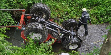 Bauer stürzt mit Traktor in Bach – 46-Jähriger in Lebensgefahr