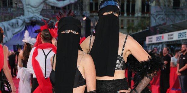 Life Ball-Aufreger: Niqab mit Strapsen