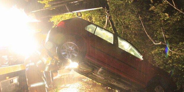 Schwangere Frau mit Auto in Bach gestürzt
