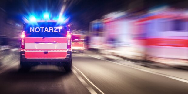 Pkw crasht in Lkw – Ein Toter
