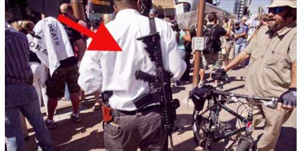 Maschinengewehre bei Anti-Obama-Demo