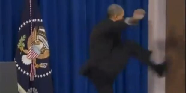 Video: Barack Obama tritt Tür auf
