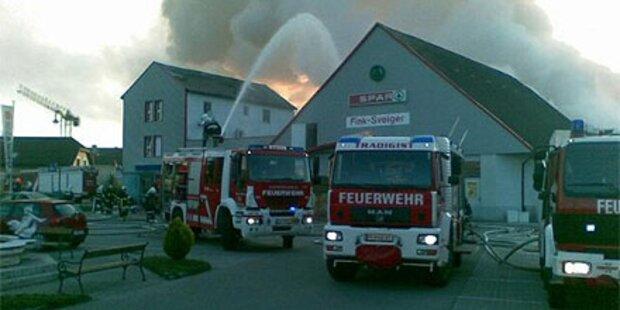 Großbrand: Parkettfirma in Flammen