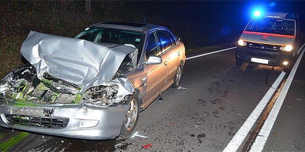 Lenker übersieht Stau - ein Toter bei Crash