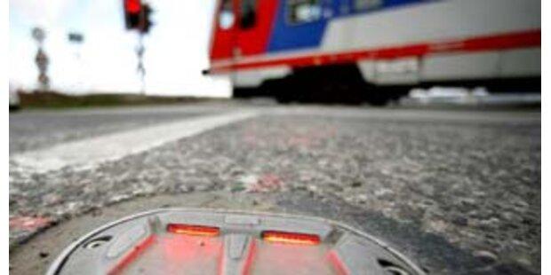 Autofahrer bei Crash mit Zug schwer verletzt