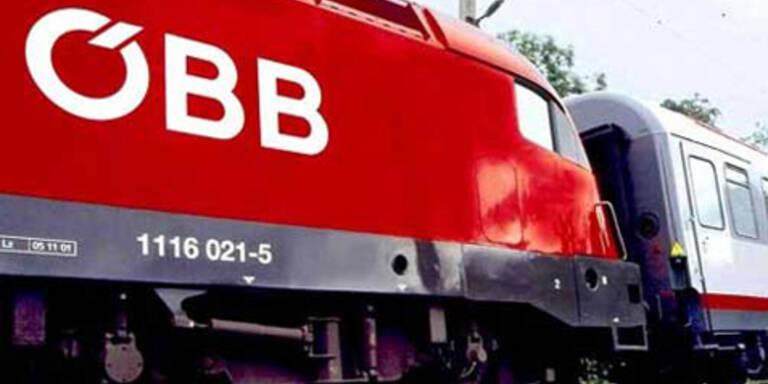 Während der Nacht auf Freitag beträgt die Höchst-Geschwindigkeit der ÖBB-Züge in ganz Österreich 100 km/h. Bei Morgenzügen ist ebenfalls mit Verzögerungen zu rechnen.