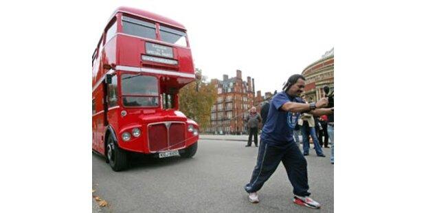 Mann zog Bus mit den Ohren durch London