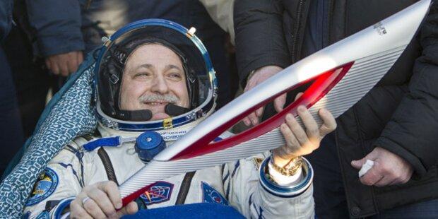 Raumfahrer bringen olympische Fackel zurück