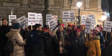 """""""Omas gegen Rechts"""" demonstrieren gegen WKR-Ball"""