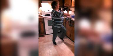 Oma tanzt sich in Küche weg