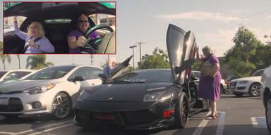 Omas fahren mit Lamborghini einkaufen