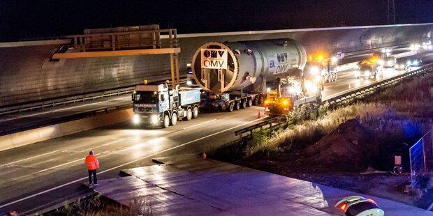 Riesiger Schwertransporter auf A4 unterwegs