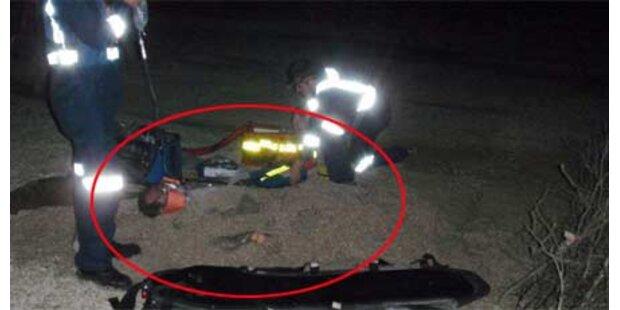 Verletzter Passagier im Sand vergraben
