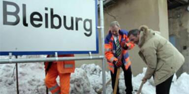 Haider und Dörfler versetzen die Ortstafel von Bleiburg am 8.2.2006