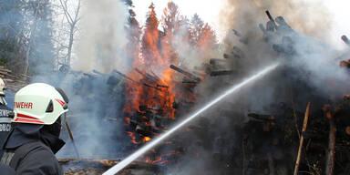 Osterfeuer greift auf Holzlager über