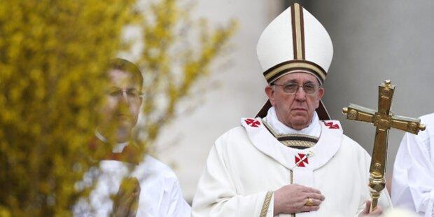 Papst Franziskus feiert erste Ostermesse