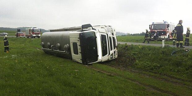 Milchtankwagen stürzt in Straßengraben