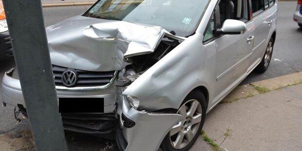 Brite knallt mit Mini-Van gegen Laternenmast – mehrere Verletzte