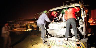 Bus kracht in Tankwagen: 57 Tote