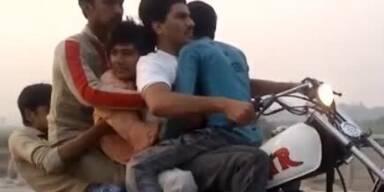 Unglaublich: 5 Teenager auf einem Motorrad