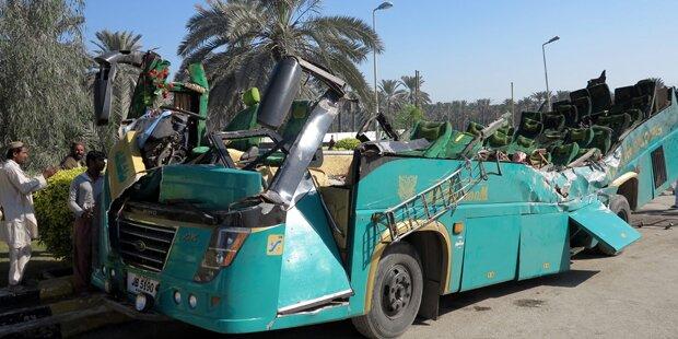 Bus kracht gegen LKW: 56 Tote